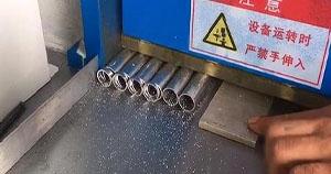 如何处理使用铝切机时产生的铝屑